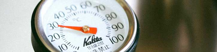 Close-up on temperature dial showing 30 degrees Celsius.